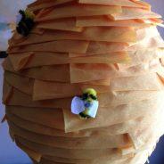 Piñata casera para cumpleaños. Colmena con abejas
