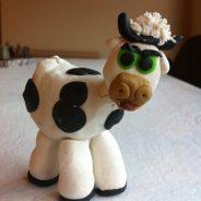 Modelo de vaca de plastelina para el Belén
